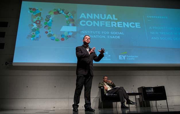 Geoff Mulgan (NESTA) en primer plano, detrás Ignasi Carreras (ESADE) en la 10ª Jornada Anual del Instituto de Innovación Social de ESADE
