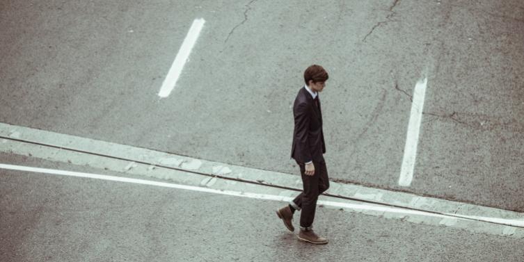 crossing-crossroad-businessman-fashion.jpg