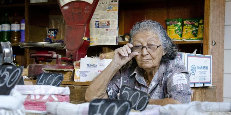 elderly-woman-412043_1920.jpg