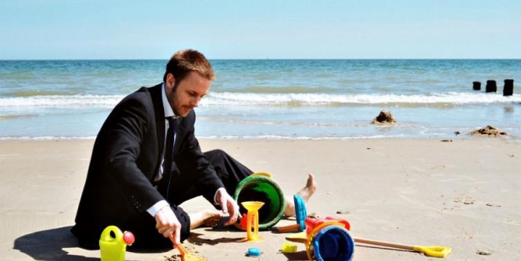 hombre-negocios-jugando-playa.jpg